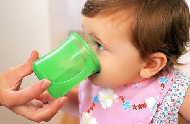 ребёнок пьет из кружки