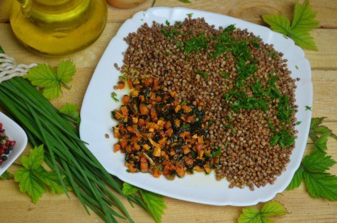 Нарезанную овощную смесь пассируют