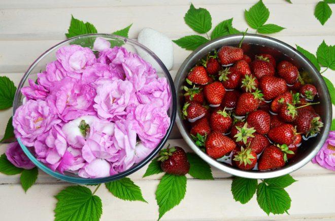 Ягоды клубники и распустившиеся бутоны чайной розы моют в отдельной посуде
