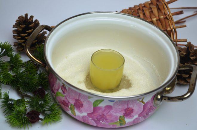 Лимонный сок выливают в кастрюлю с сахаром