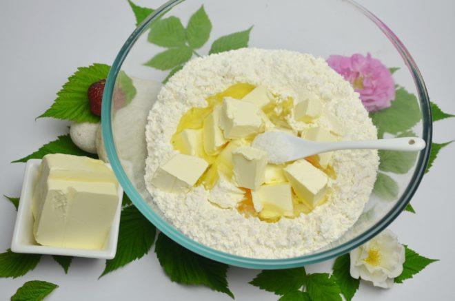 Масло нарезают кубиками