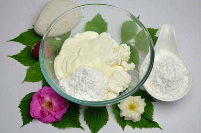 В отдельную миску кладут творог, сметану и сахарную пудру