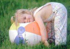 Девочка с мячем