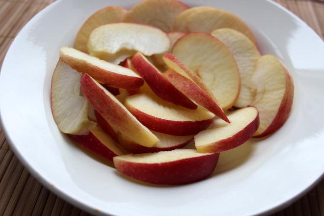 Нарезаем чистые яблоки тонкими дольками