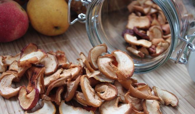Хранятся сушеные яблоки в герметичной банке