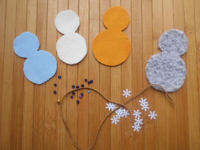 вырежьте четырех снеговиков