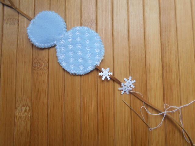 Простегайте фигурки декоративной строчкой «снежинка»