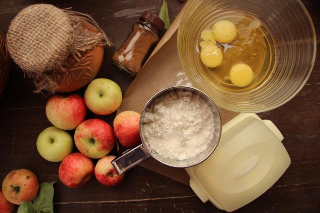 поместите яйца и мед