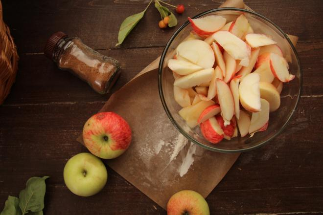 яблоки нарезаются дольками