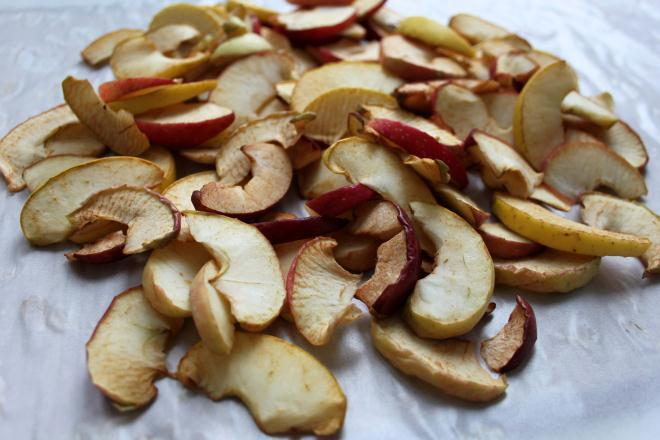 Сушатся яблоки на подоконнике либо небольшом столике у батареи