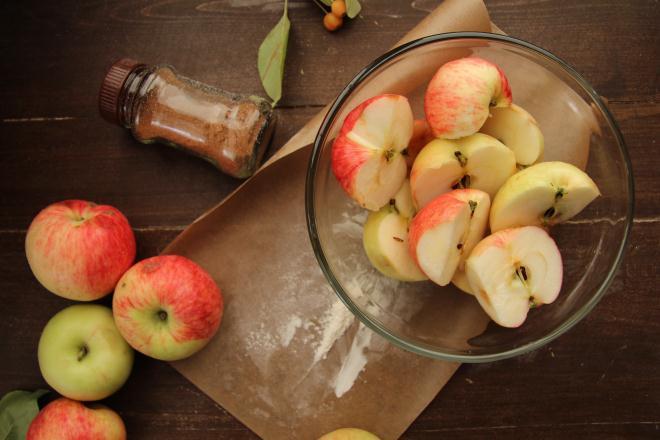 очищенные от сердцевинок яблоки