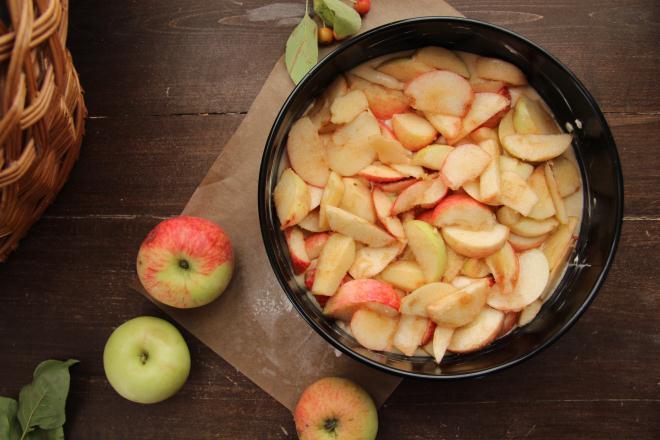 кладутся порезанные яблоки