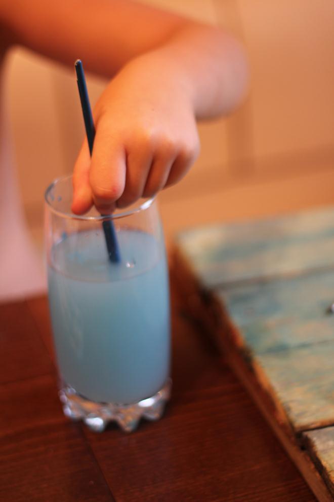 Наливаем воду в стакан
