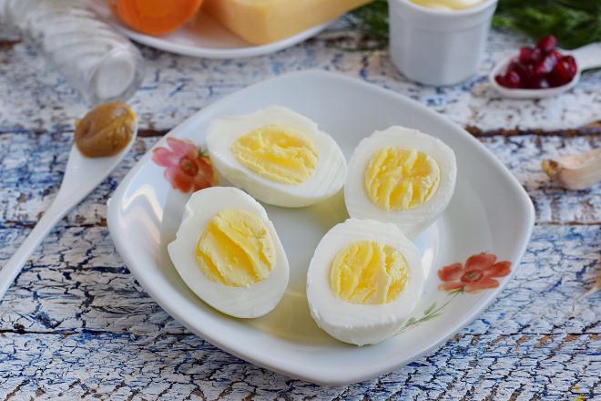 Яйца разрезать вдоль на две части