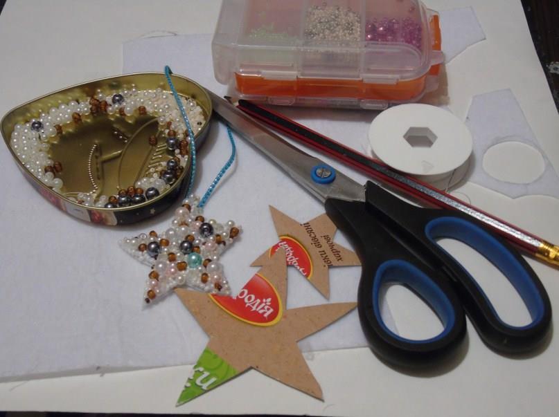 Материалы: картон, ножницы, фетр, бисер и бусины