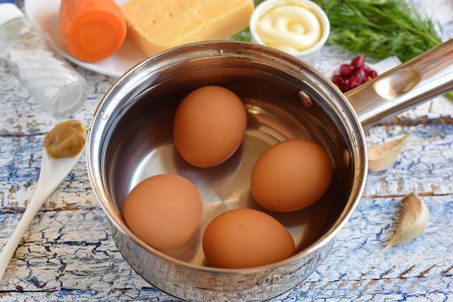 Яйца погрузить на дно сотейника