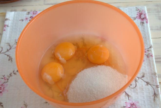 Выкладываем сырые яйца в миску
