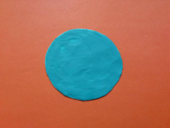 Круг из голубого пластилинан
