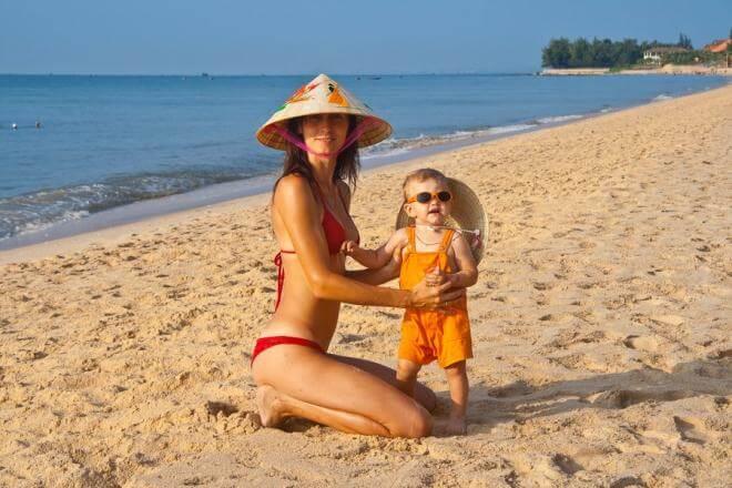 С ребенком на пляже