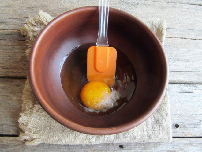 Вбить в емкость для замеса яйцо