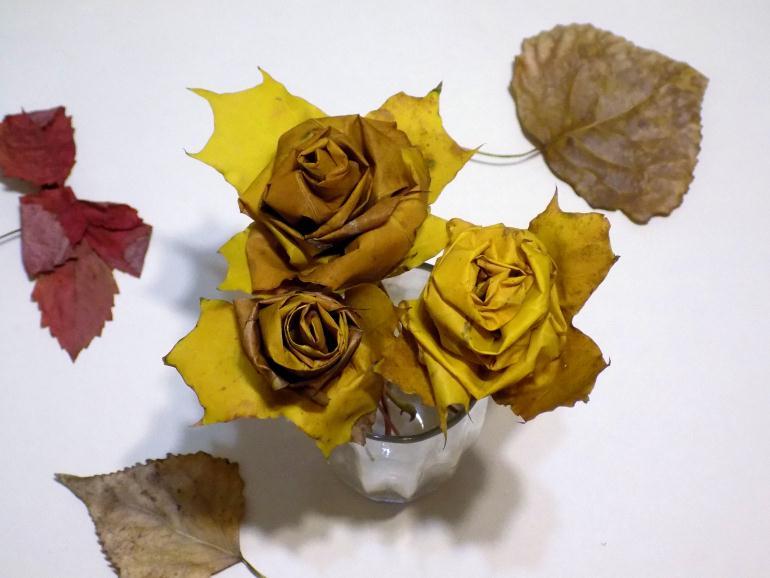 Сделать из листьев клена розы
