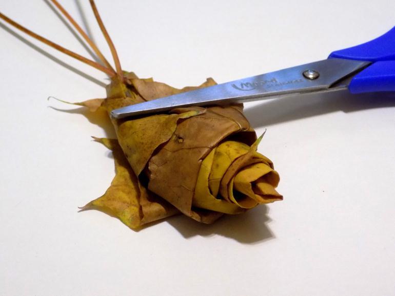 Обматываем вторым листом трубочку