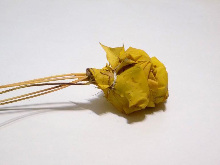 Фиксируем листики нитками