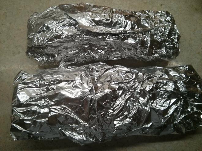 Заворачиваем фольгу в плотные колбаски